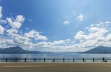 蓝天白云大山湖泊公路图片