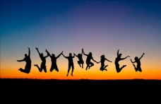 夕阳下跳跃的人们图片