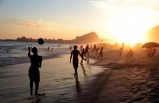 海滩上度假的游客图片