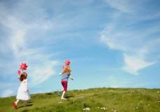 草地上奔跑的孩子图片