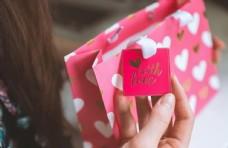 情人節女人收到禮品圖片