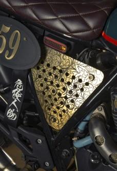 车库里的复古改装摩托车图片