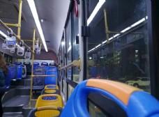 夜晚的公交车图片