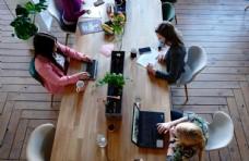 办公室上班的女性图片