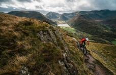 踩山地自行车运动员图片