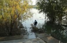 下河捞鱼图片