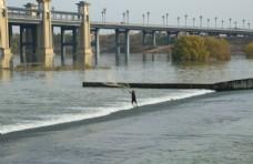 河中撒网图片