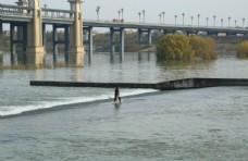 河面撒网图片