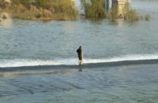 河坝上行走的人图片