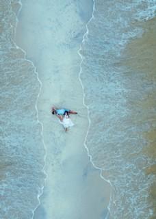 海滩的恋人图片