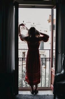 站在阳台的女孩图片