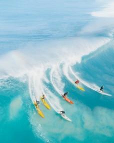 海洋冲浪的游客图片