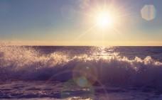 海滩上的波浪图片