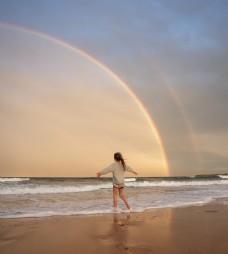 海边小女孩图片