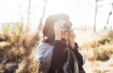 美女拿相机拍照图片