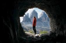 山洞男性图片