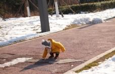 儿童雪地玩耍图片