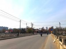 蓝天下的城市街道图片