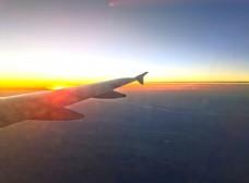 飞行中的飞机图片