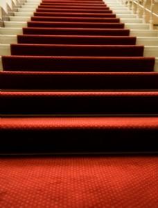 铺红地毯的楼梯图片