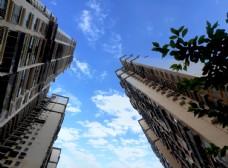 商品房仰视天空图片